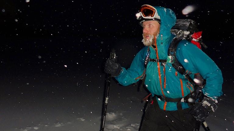 Äventyraren Mats Goldberg, bosatt i Älvdalen, skidar fram i natten.