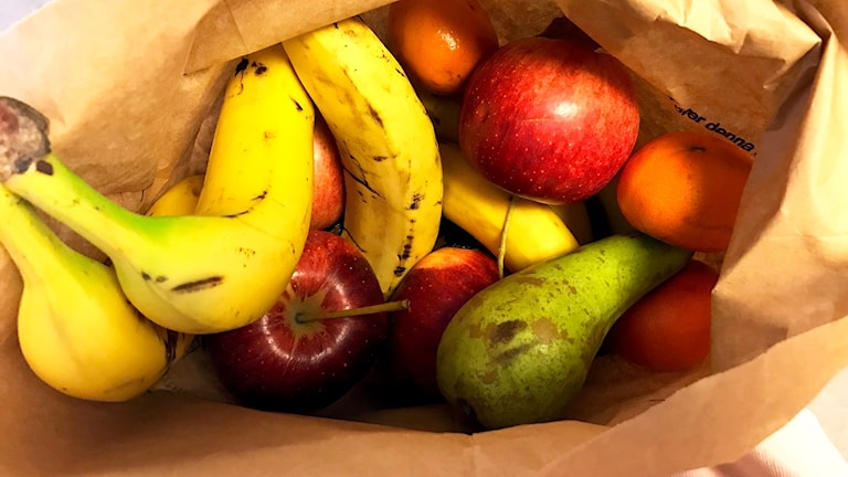Frukt i en kompostpåse av papper.