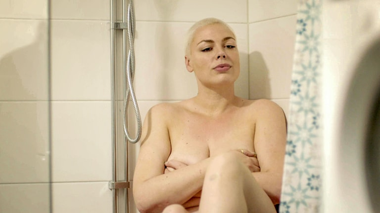Torun Eriksson från Säter, en av deltagarna i Naken i SVT, sitter naken i en dusch.