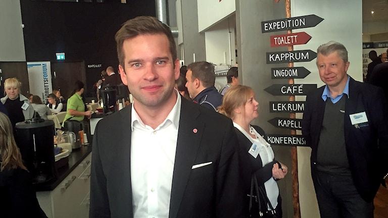 Socialdemokraten Gabriel Wikström i vit skjorta och svart kavaj och med ett litet leende.