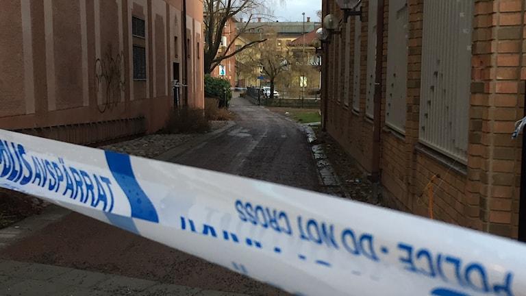 Platsen i Falun där en person hittats skjuten, omringad av polisens avspärrningsband.