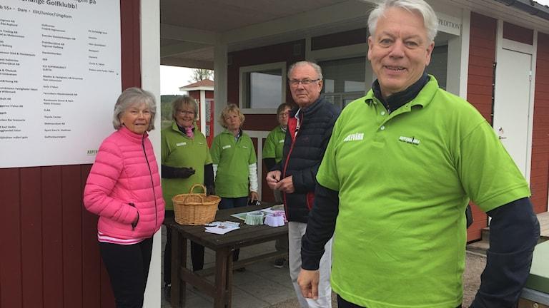 Lennart Björling och andra representanter för Falun-Borlänge golfklubb i Aspeboda.