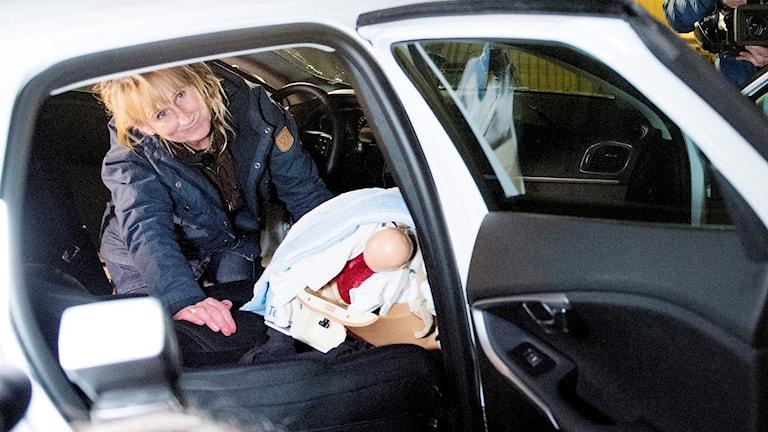 Barnmorskan Maria Dahlberg förevisar förlossning i bil