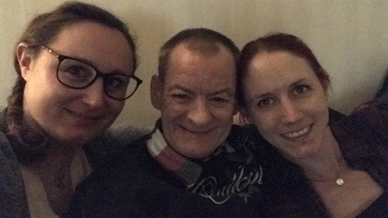 Systrarna Annis och Emma Lindkvist tillsammans med tidigare hemlöse skotten Jimmy Fraser.