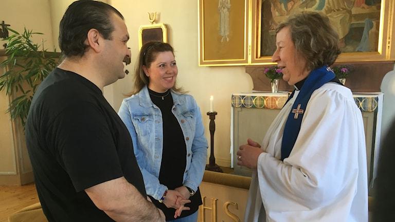 Akram Khzam och Aber Shamoun samtalar med prästen i Krylbo kyrka på söndagar.