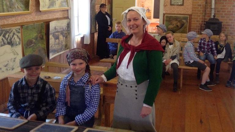 Elsa Eriksson och Albin Hållmarker från andra klass i Bjursåsskolan och deras lärare Sofie Grimmersten på besök i bönhuset i Bjursås.