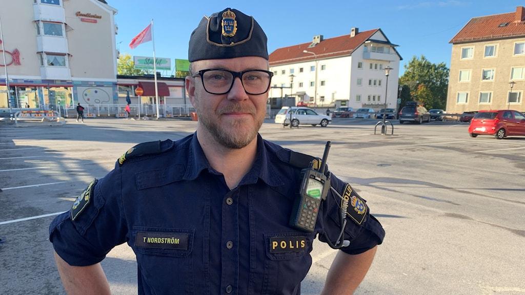 En polis i uniform på ett torg i Hedemora.