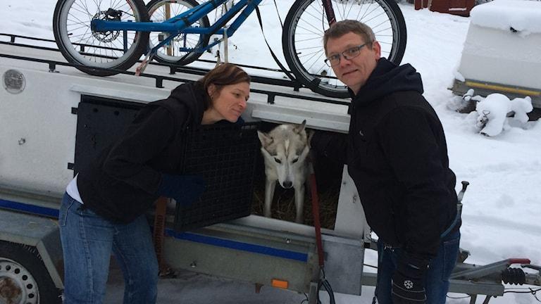 Pär och Annika med en av sina hundar.