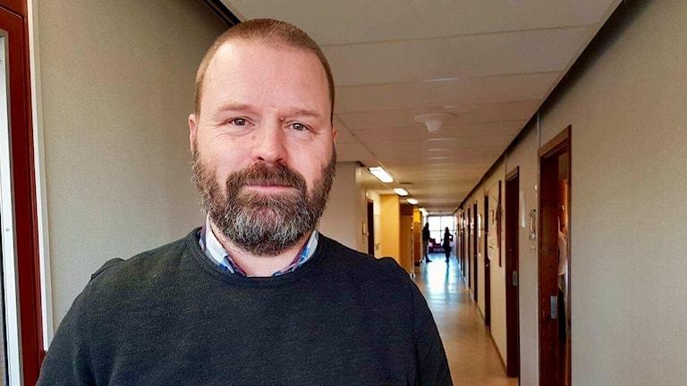 Bilden föreställer Marcus Hjelm som är samordnare för Borlänge kommuns projekt mot våldsbejakande extremism.