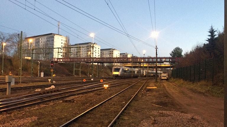 Tåg som spårat ur och järnvägsspår.