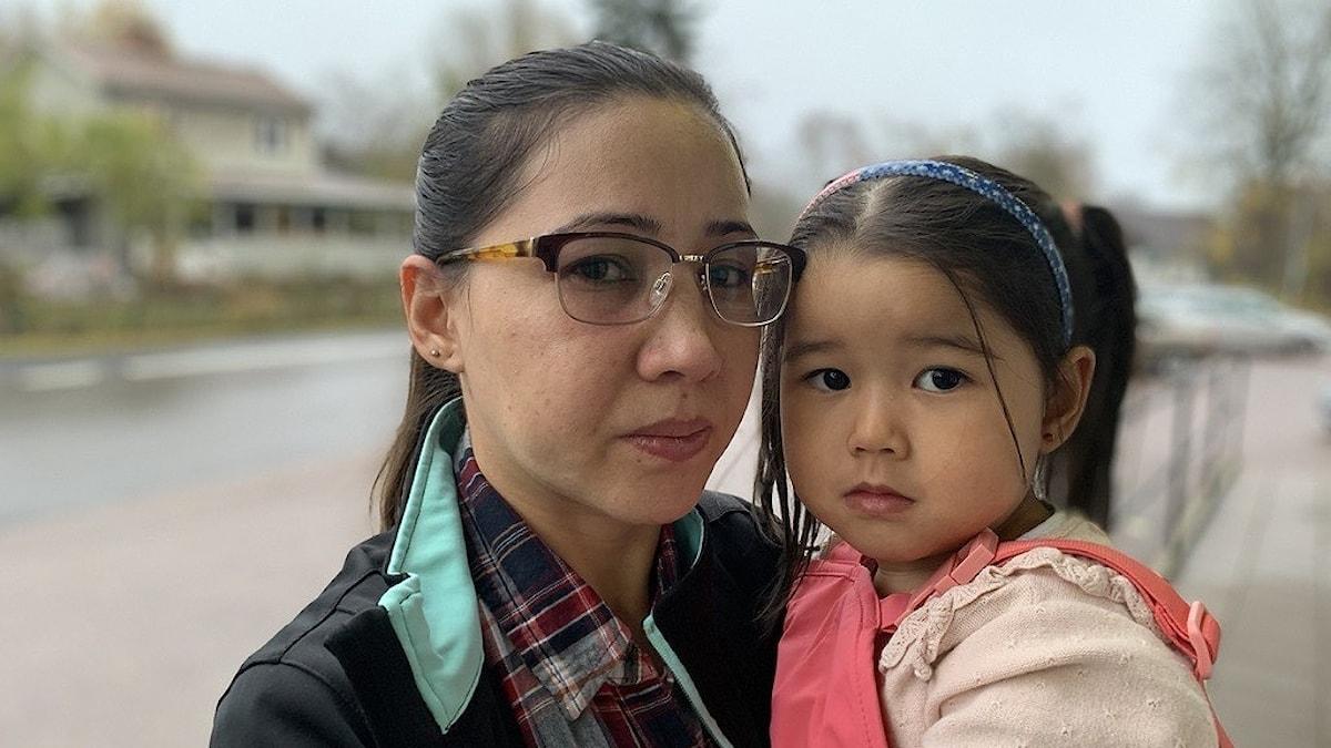 en kvinna med sitt barn