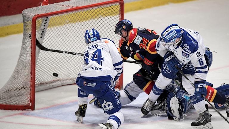 Djurgårdens Daniel Brodin (mitten) skjuter in det omdiskuterade 4-3 målet som följdes av en del bråk om huruvida Brodin var inne i målgården eller ej, under lördagens ishockeymatch i SHL mellan Djurgårdens IF och Leksands IF på Hovet i Stockholm.