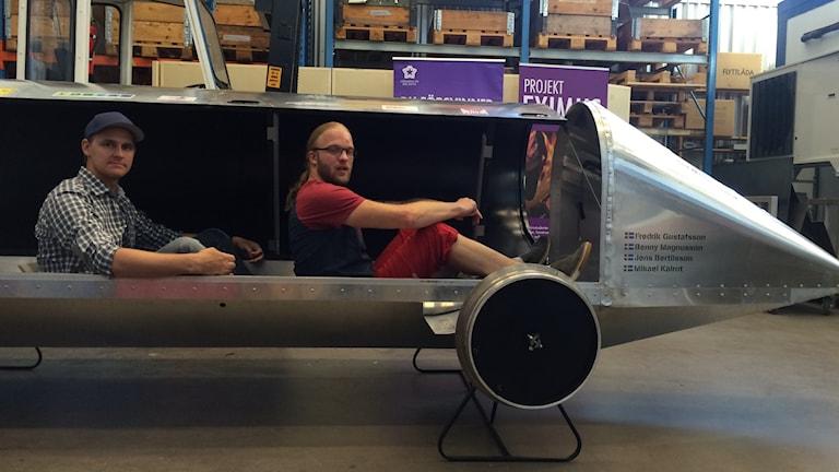 Mikael Kalrot och Benny Magnusson i världens mest energisnåla fordon Eximus.