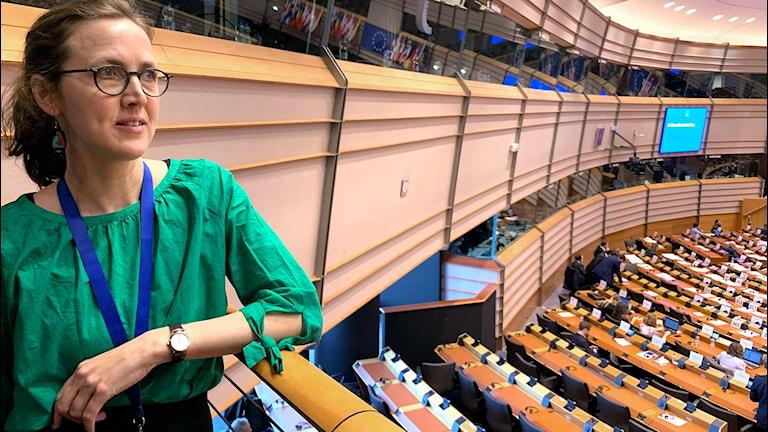 Sara Ahnborg pressekreterare Europaparlamentet tittar ut över plenisalen.