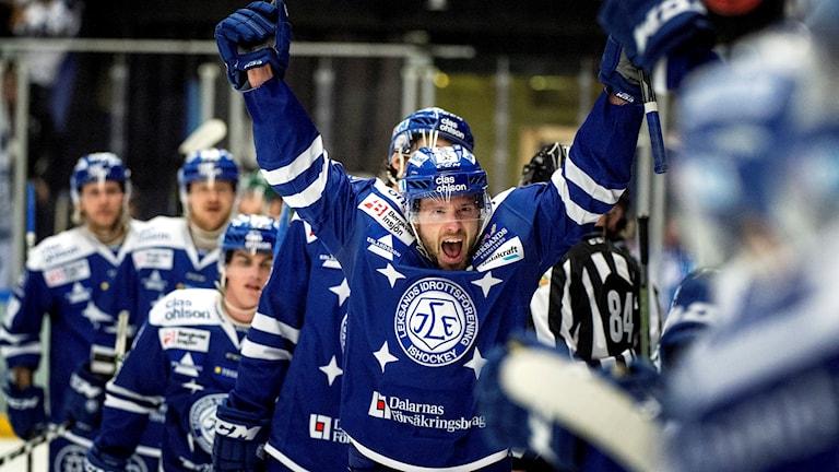Leksands lagkapten Jesper Ollas jublar.