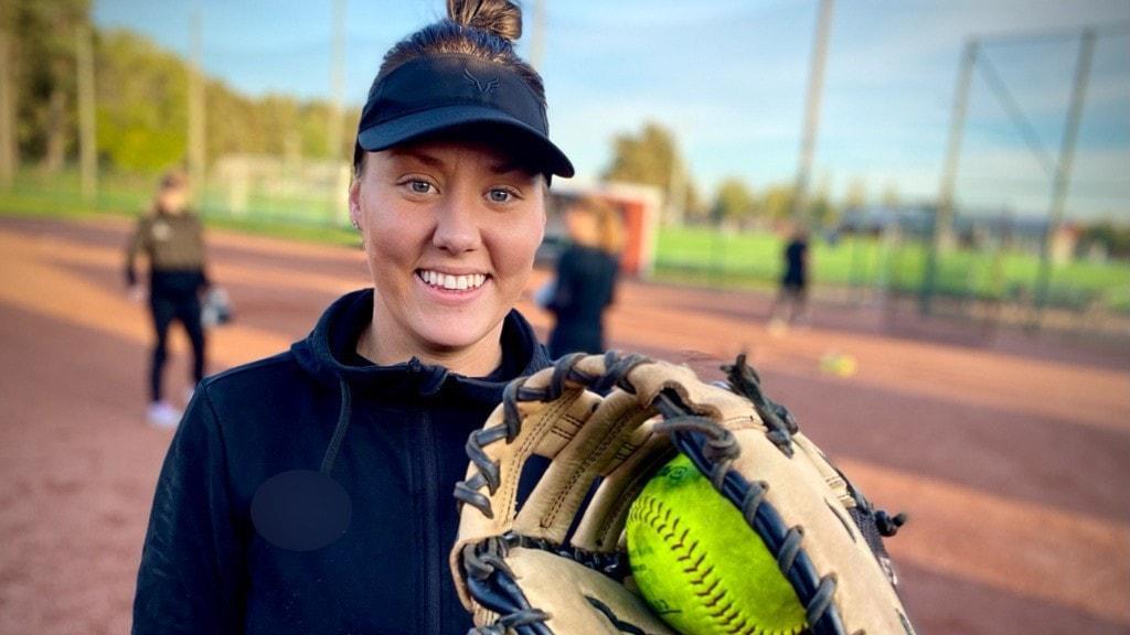 Emma Tegth Nordin står med en softbollhandske.