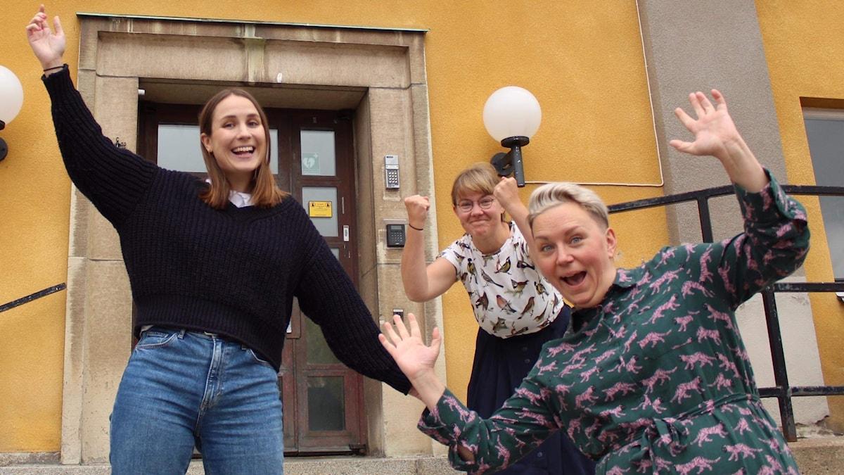 Tre kvinnor som ser glada ut.