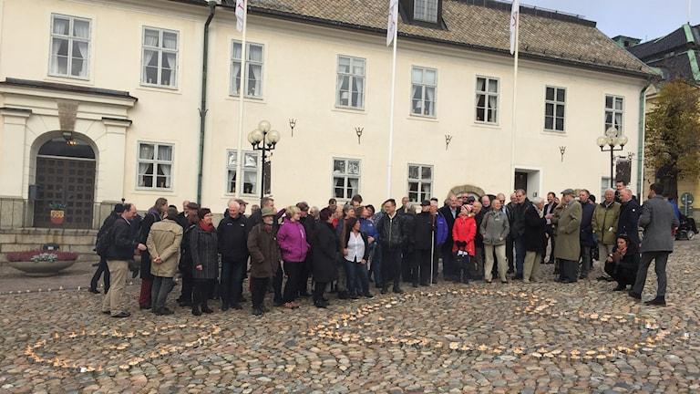Ett 20-tal personer som står på torget i Falun