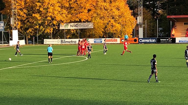 Jubel och kramkalas efter Kif Örebros enda mål mot Kvarnsveden
