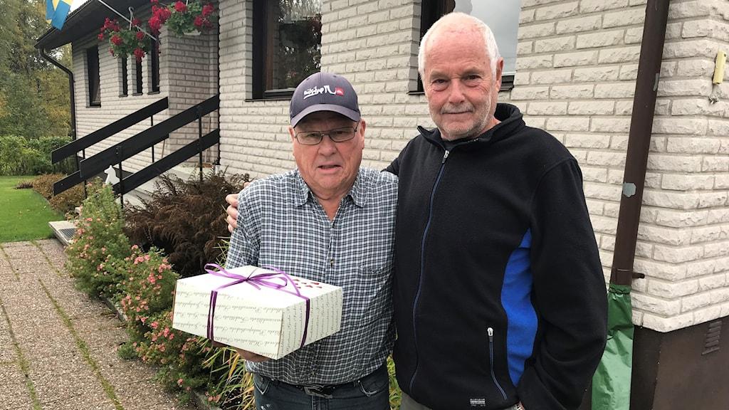 Två män och en tårta.