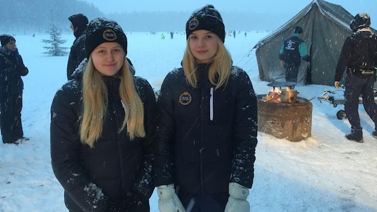 Matilda Jacobsson och Wilma Uhlin som spelar bandy i Grycksbo IF.