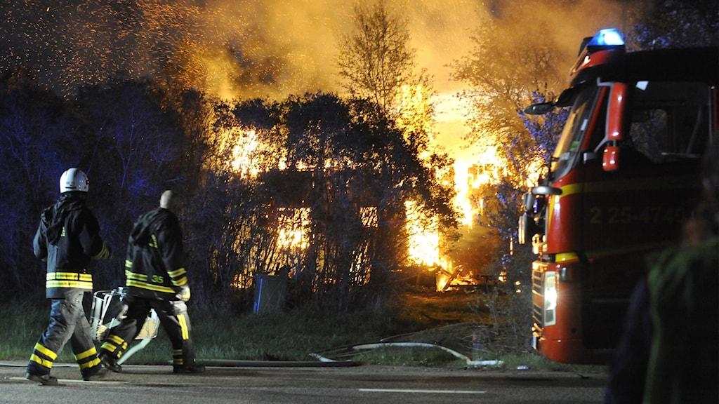 En villa brinner för fullt i Lernbo utanför Smedjebacken.