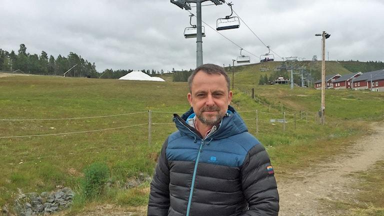 Mats Lennartsson som står vid en skidlift på Idre fjäll