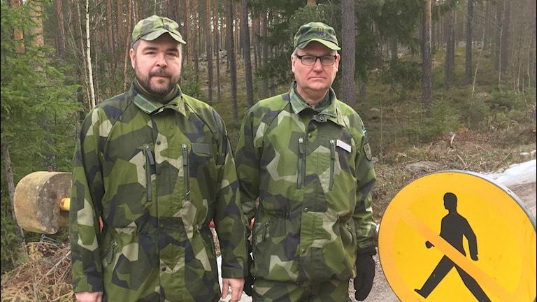 Patrik Warmström och Mikael Lundin framför avspärrningsbom