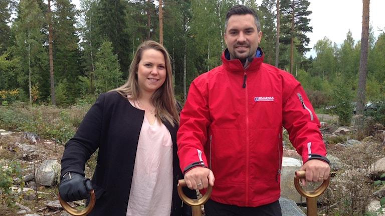 Amanda Roberg student och en av de som designat huset, och Johan Apel.