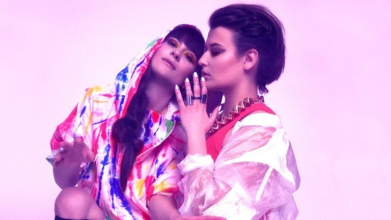 De två kvinnorna i gruppen I Am Karate poserar i färgglada kläder