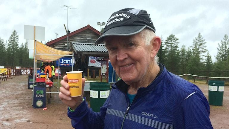 Lennart Bengtsson springer Ultravasan. På bilden tar han en paus vid tremilspasseringen.