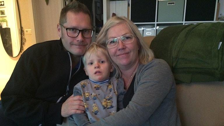 Robert och Cathrine Wickström med deras son Fabian.