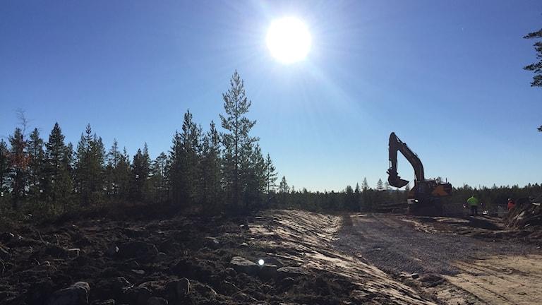 En grävmaskin vid bygget av nya flygplatsvägen i Sälen.