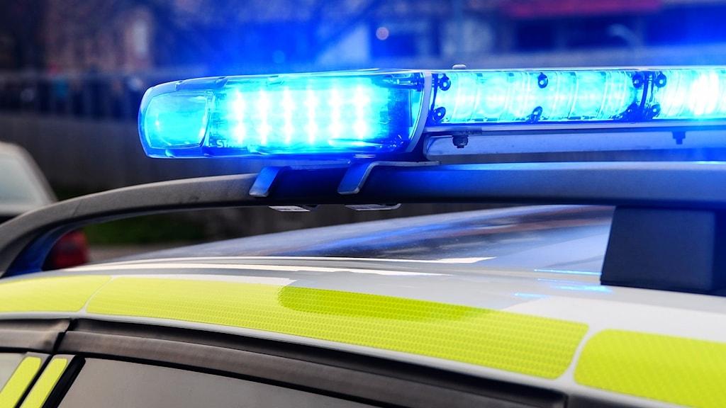 Blåljusen på taket på en polisbil.