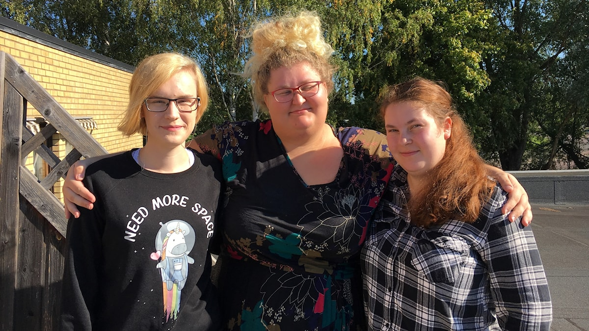 Tre tjejer håller om varandra. Lisa Schütt, Stina Kölgran och Towe Hedlund