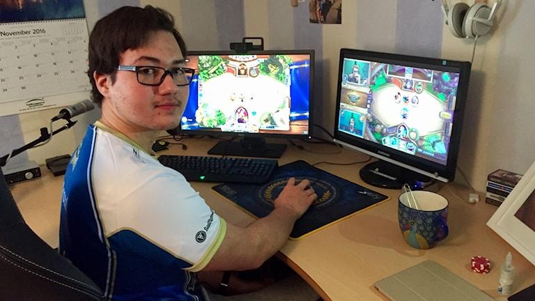 Elliot Carlsson spelar Heartstone på sin dator i Falun.
