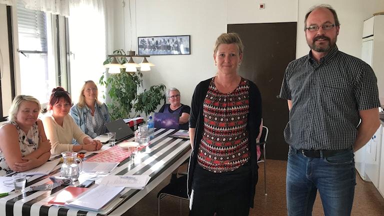 Maria Ljungberg och Jan Höglund från Autism- och aspergerföreningen i Dalarna. I bakgrunden syns delar av den övriga styrelsen.