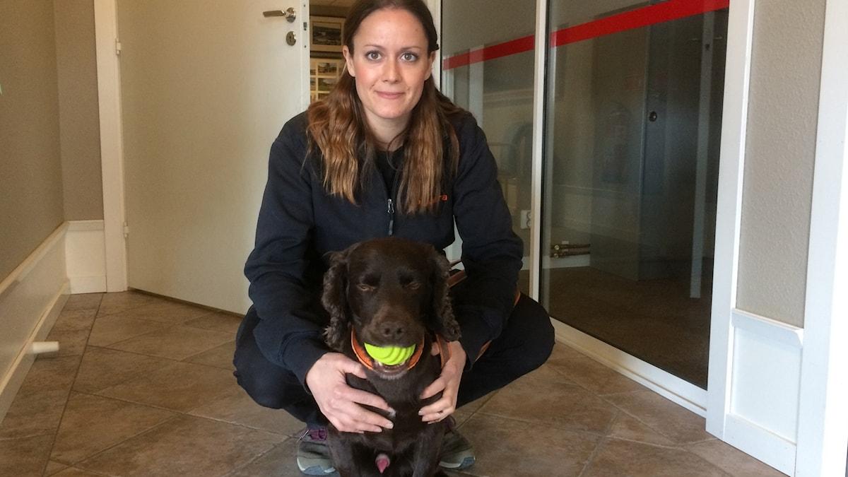Mona Ghalayini, hundförare, och vägglushunden Spot