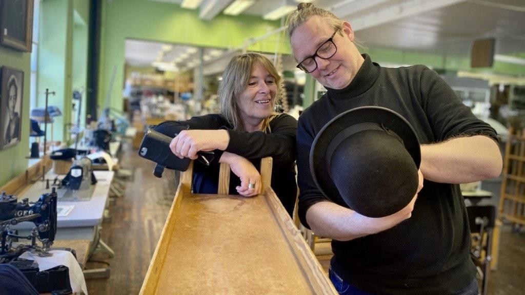 En man och en kvinna som håller i en hatt.