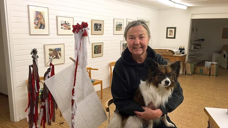 Agneta Kallur i gallerimiljö med hunden Maxie