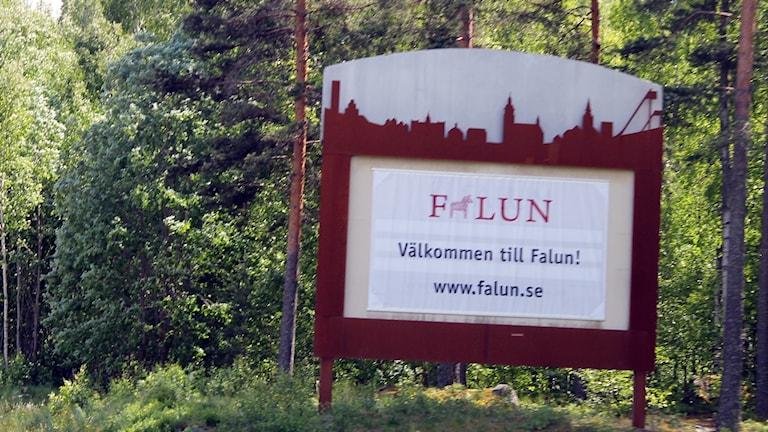 En välkomstskylt där det står Välkommen till Falun