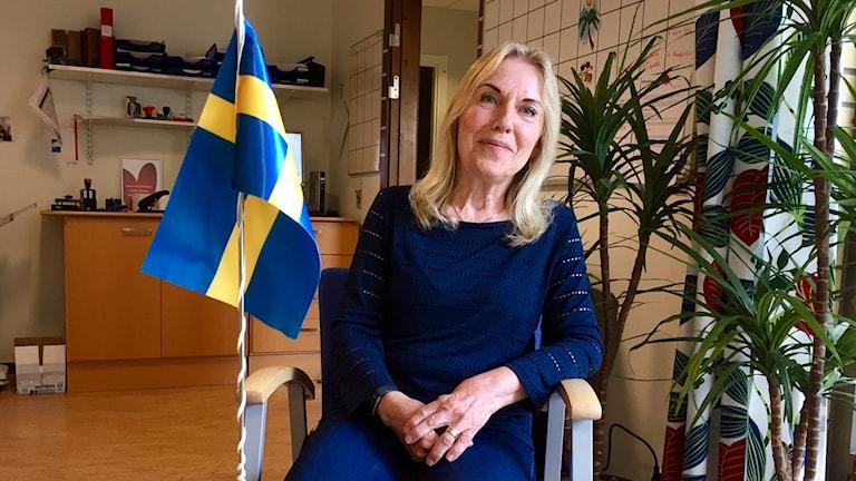Torunn Ohlsson, enhetschef på mottagningsenheten för nyanlända i Borlänge sitter på en stol.