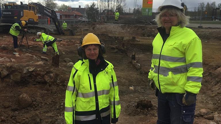 Ann-Mari Hållans Stenholm från Statens Historiska Museer och Eva Carlsson från Dalarnas Museum vid den unika lämningen av en vändrost som grävts fram i Falun.
