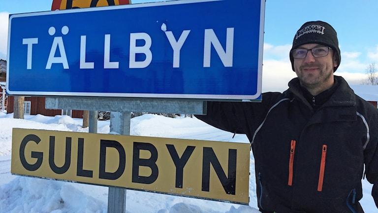 Erik Oskarsson som bytte snabbt ut den gamla skylten mot en ny.