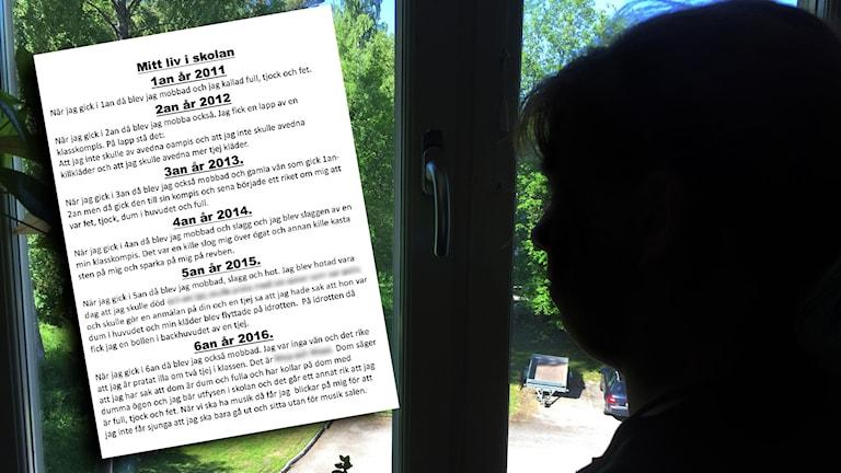 Flicka profil kikar ut genom ett fönster.