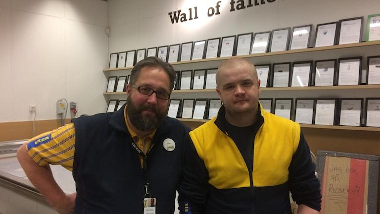 Fotot visar två män i Ikeakläder.