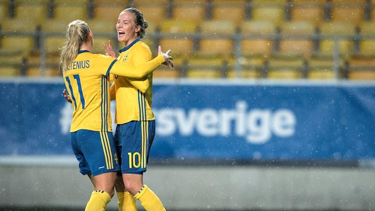 Lina Hurtig jublar och grattas av Stina Blackstenius efter sitt mål under VM-kvalmatch mellan Sverige och Ungern i oktober.