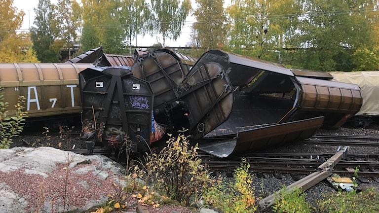 Fler tågvagnar ligger huller om buller över tågspåren strax utanför järnvägsstationen i Ludvika.