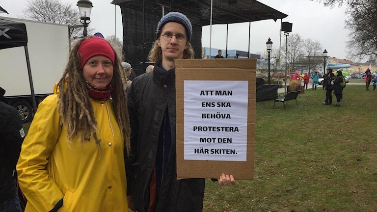 Ingrid Wirengren och Simon Rosén manifesterade för allas lika värde på första maj i Ludvika.
