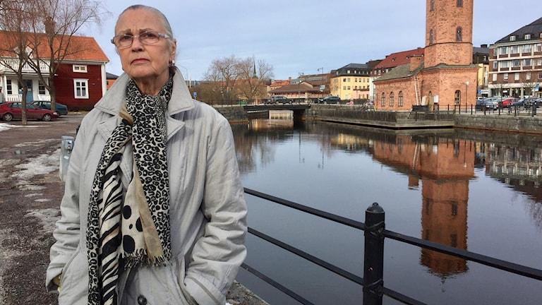Birgitta Hiertner, kvinnojouren i Falun, står bredvid Faluån.